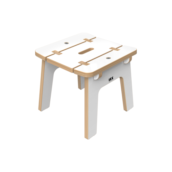 Wit houten kinderkrukje voor in de kinderhoek